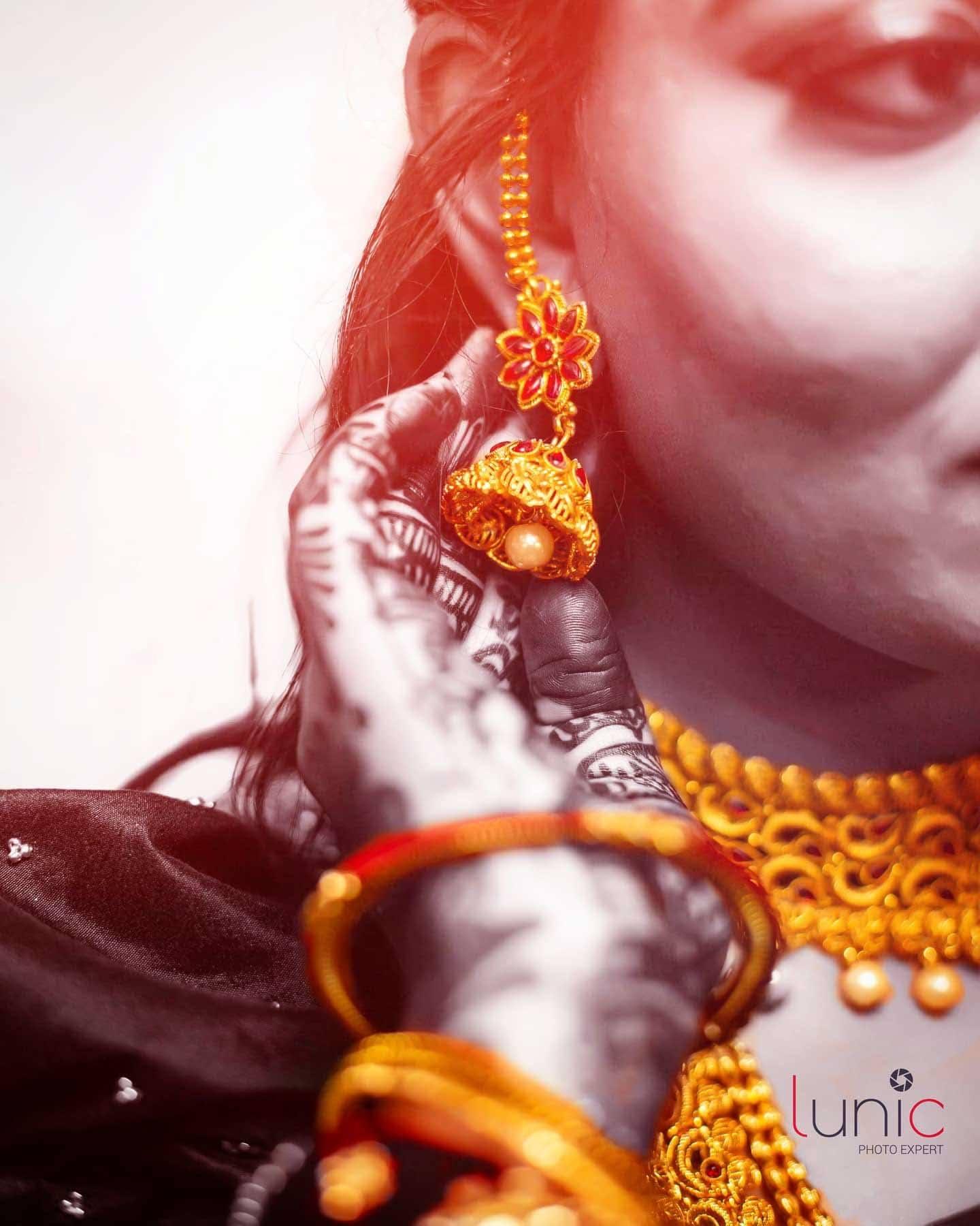 traitional bride portrait idea with jewellery